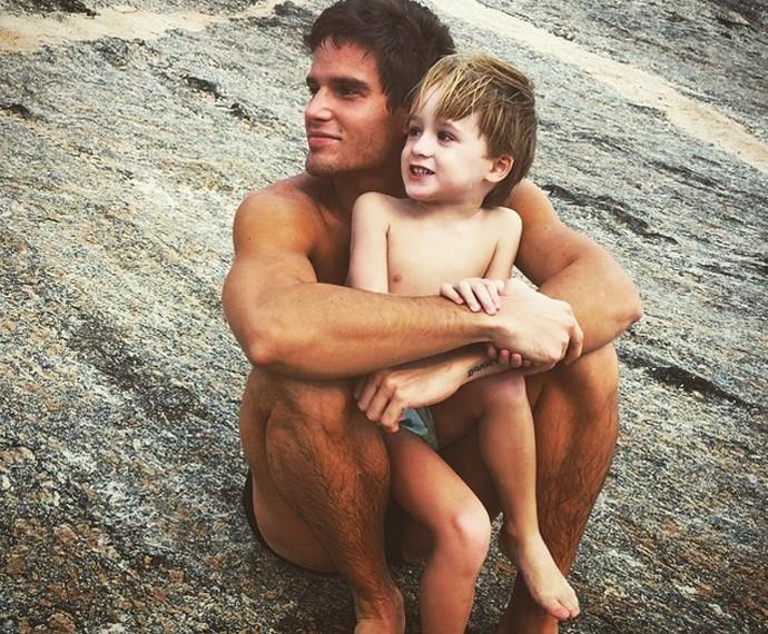 O ator e cantor aproveitando o tempo livre com o filhote (Foto: Arquivo pessoal)