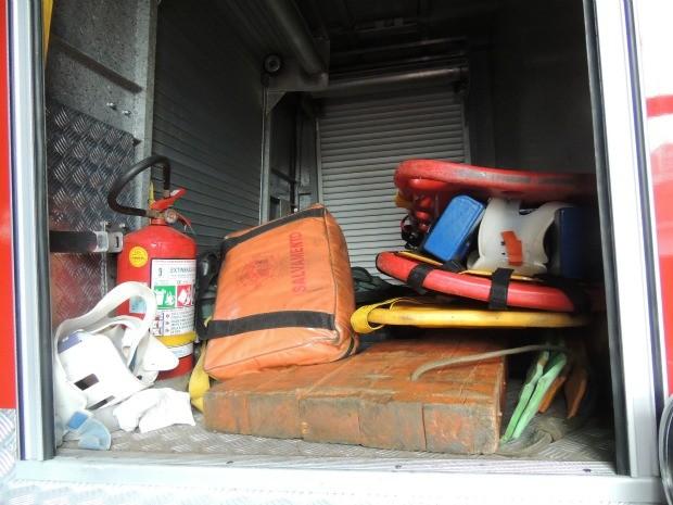 Equipamentos de resgate na carroceria do caminhão dos bombeiros (Foto: Felipe Truda/G1)