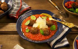 Almôndegas de carne assadas com molho de tomate caseiro