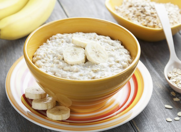 Porridge with bananas in a yellow bowl on the table (Foto: Getty Images/iStockphoto)