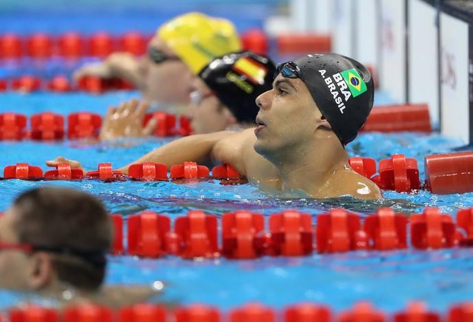 Descrição da imagem: André Brasil dentro da piscina após ficar em quarto lugar nos 50m S10 (Foto: Friedemann Vogel/Getty Images)