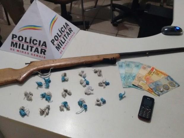 Drogas e arma encontradas com o autor (Foto: Polícia Militar/Divulgação)