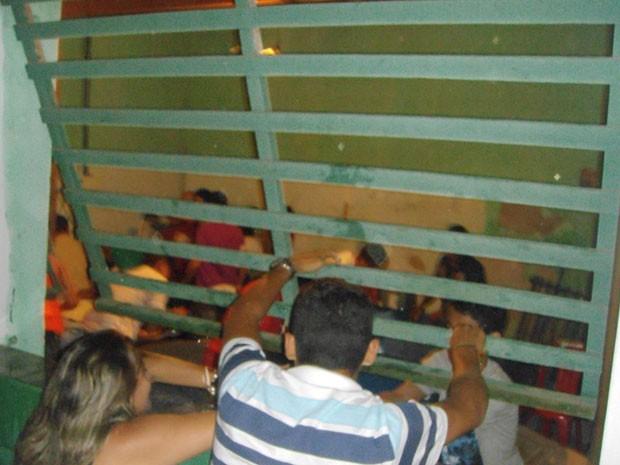 População invadiu clube após cancelamento do show de Ricardo Chaves em Caiçara do Norte, no RN (Foto: Diego Souza)