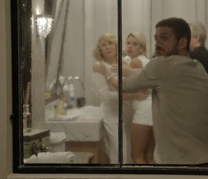 Dante quebra vidro para fugir (Foto: TV Globo)