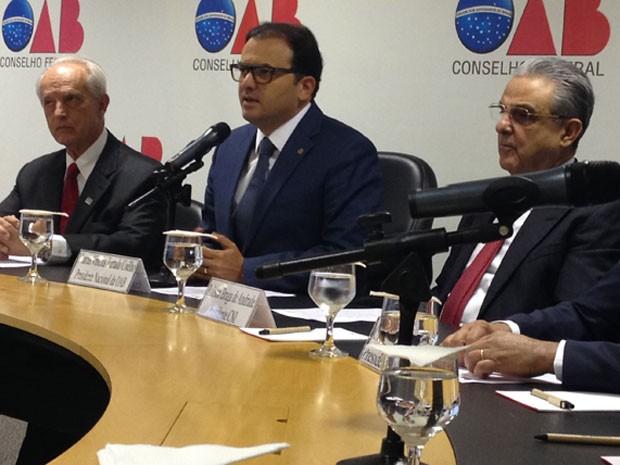 Os presidentes da Confederação Nacional de Saúde (CNS), Renato Merolli, da OAB, Marcus Vinícius Coêlho e da Confederação Nacional da Indústria (CNI), Robson Andrade, apresentaram a carta à imprensa (Foto: Renan Ramalho/G1)