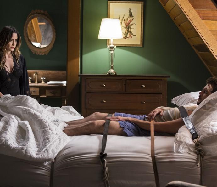 Advogada amarra Giovanni na cama (Foto: Inácio Moraes/Gshow)
