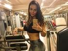 Viviane Araújo deixa barriguinha de fora em selfie na academia