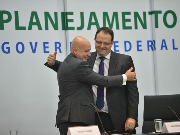 Barbosa transmite o cargo a Valdir Simão no Ministério do Planejamento (Foto: Antônio Cruz/Agência Brasil)