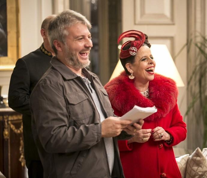 Cristina Pereira se diverte ao lado de Fred Mayrink, diretor artístico da trama (Foto: Raphael Dias/Gshow)