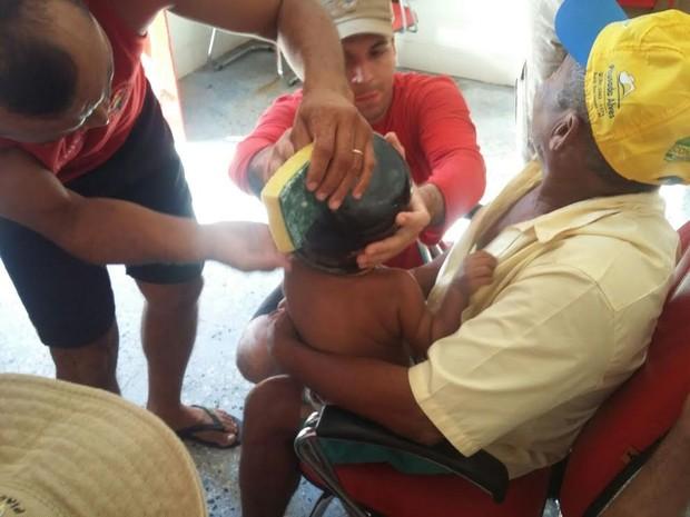 Bombeiros tiveram trabalho para retirar objeto preso à cabeça da criança (Foto: Corpo de Bombeiros/Divulgação)