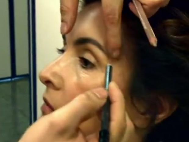 Use um lápis para marcar as sobrancelhas (Foto: Encontro com Fátima Bernardes/ TV Globo)