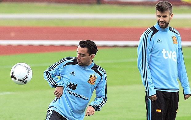 Piqué e Xavi no treino da Espanha (Foto: AP)