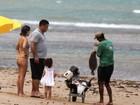 Com a família, Ronaldo curte praia na Bahia e compra peixes