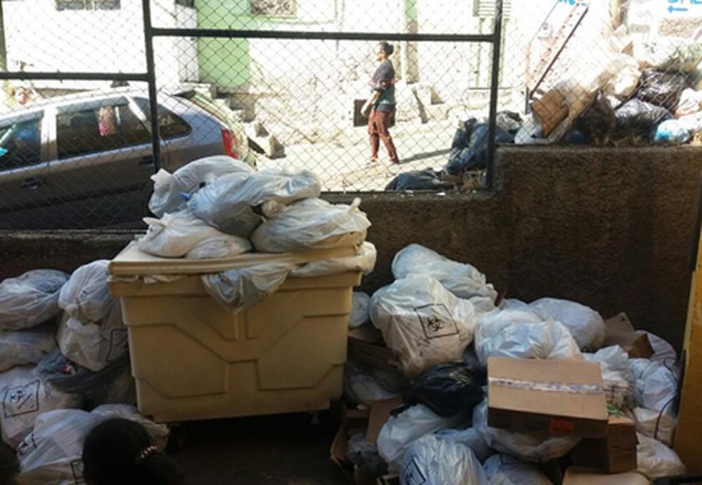 Lixo se acumula no Centro de Saúde Cafezal na Região Centro-Sul de Belo Horizonte. (Foto: Sindibel/Divulgação)