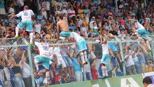 Marília festeja com torcedores (Foto: Daniel Rizzi / Agência BOM DIA)
