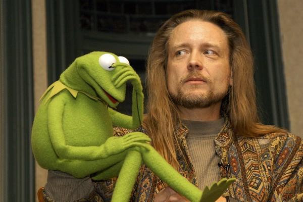 O dublador Steve Whitmire com o sapo Caco dos Muppets (Foto: Getty Images)