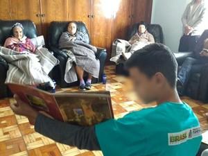 Adolescente de 13 anos contou histórias para grupo de idosos em Itapetininga (Foto: Paola Patriarca/G1)