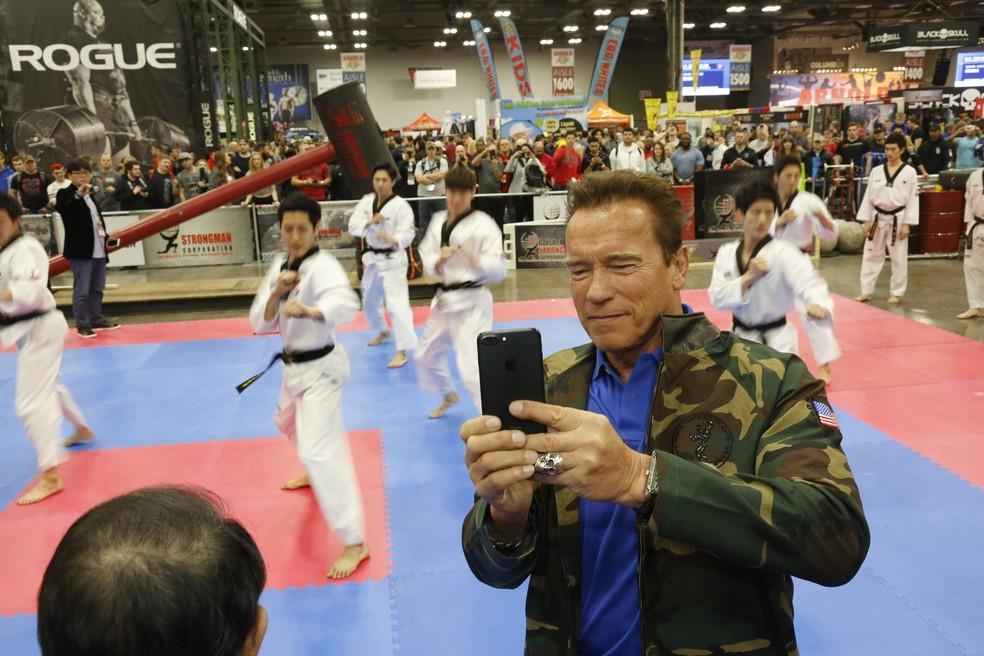Arnold Schwarzenegger faz fotos durante a apresentação de karatê (Foto: divulgação)
