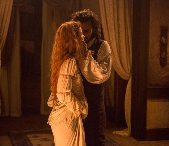 Xavier invade o quarto de Branca e seduz a jovem (Foto: Felipe Monteiro / Gshow)