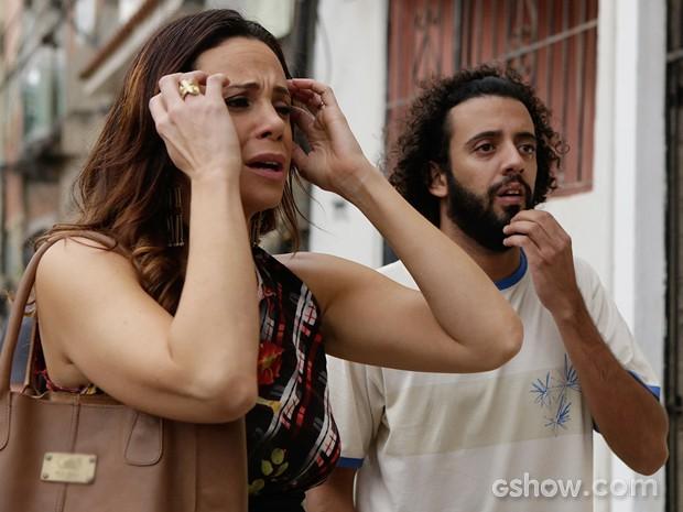 Juliana se desespera. O que será que aconteceu? (Foto: Fábio Rocha/TV Globo)
