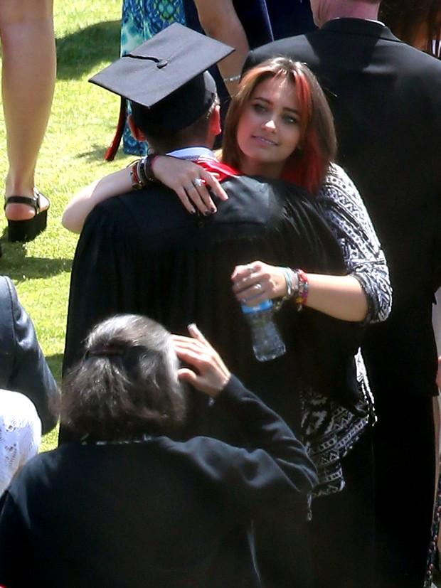 Prince Jackson recebe o carinho da irmã Paris Jackson em sua formatura em Los Angeles, nos Estados Unidos (Foto: Grosby Group/ Agência)