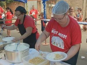 Grupos de voluntários serviram almoço em bairros de Bauru (Foto: Reprodução/ TV TEM)