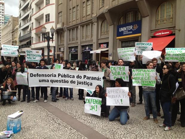 Aprovados em concurso para a Defensoria Pública do Paraná protestaram no Centro de Curitiba (Foto: Paola Manfroi/ RPC TV)
