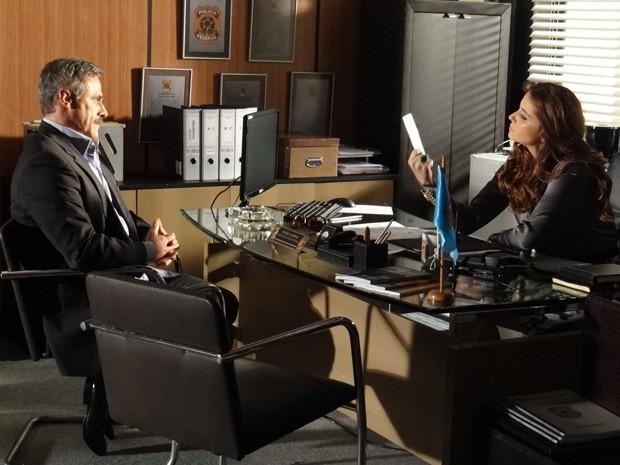 Helô observa a foto de Wanda que Nunes entrega para a polícia (Foto: Salve Jorge/TV Globo)