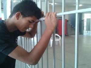 O estudante Pablo Cesar de Oliveira Santana, 18, queria pontuar no Enem para fazer publicidade, mas chegou atrasado dois minutos em Aracaju (Foto: Marina Fontenele)