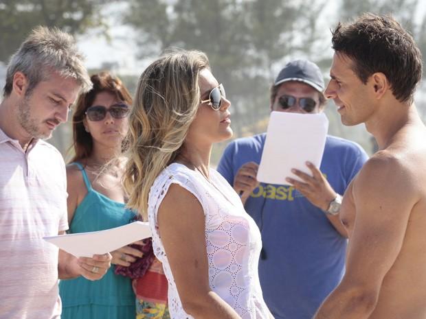 Atores passam o texto com o diretor Fred Mayrink (Foto: Salve Jorge/TV Globo)