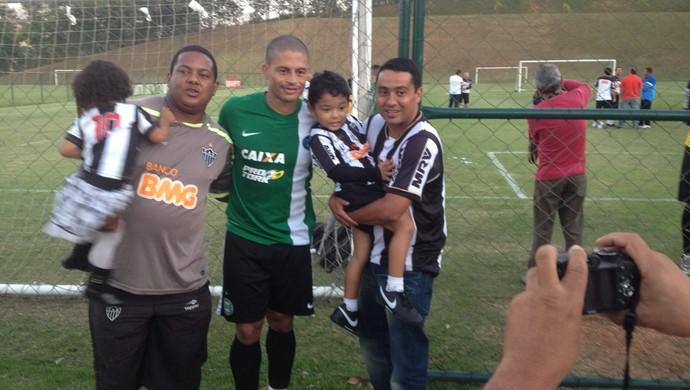 Alex, meia do Coritiba, tira fotos com torcedores do Atlético-MG na Cidade do Galo (Foto: Rodrigo Franco / TV Globo)