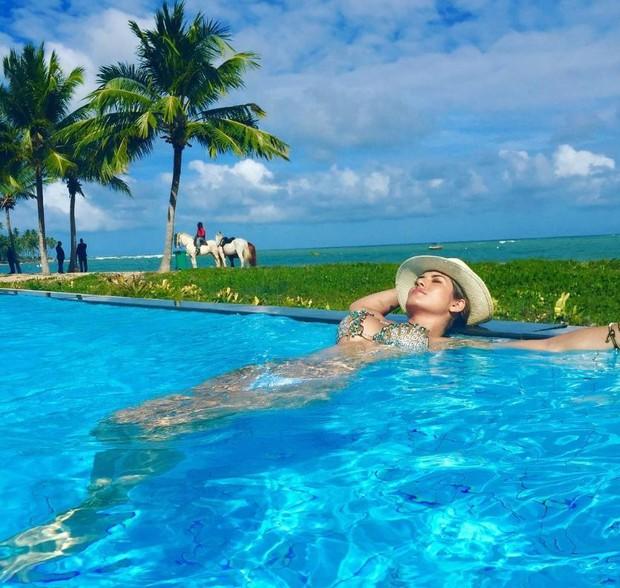 Lívia Andrade coloca o bronzeado em dia em resort na Bahia (Foto: Reprodução/Instagram)