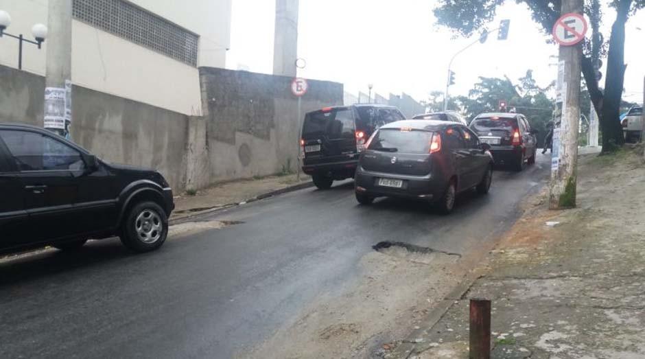 Com pista escorregadia, motoristas têm dificuldade para subir ladeira  (Foto: Renata Okumura)