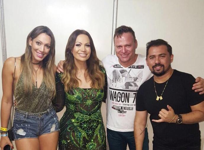 Repórter Fernanda Pinheiro e o marido no camarim de Solange almeida e Alexandre Avião (Foto: TV Sergipe)