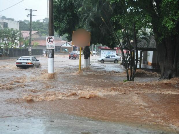 Cruzamento virou um 'rio' com forte chuva em Campo Grande  (Foto: Graziela Rezende/G1 MS)