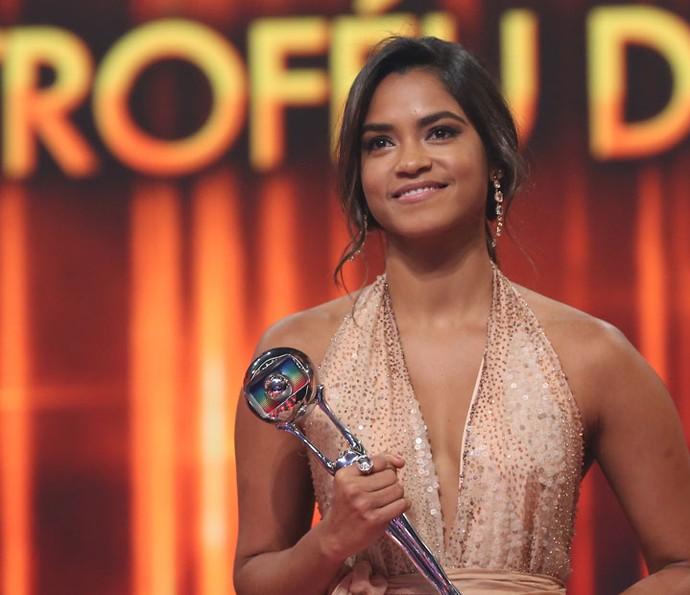 Lucy Alves dedicou seu prêmio a Domingos Montagner  (Foto: Carol Caminha / Gshow)