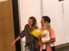 Grávida, Carolinie Figueiredo passeia com o marido e a filha