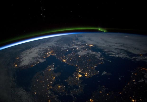 A região sul da Escandinávia surge iluminada sob a lua cheia nesta imagem captada a partir da Estação Espacial Internacional, que inclui também uma aurora boreal e o mar Báltico (Foto: NASA)