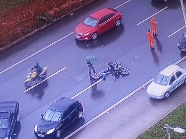 Motoqueiro caído após perder controle do veículo na EPTG, no DF (Foto: TV Globo/Reprodução)