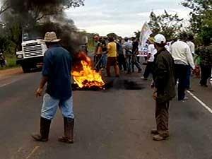 Atearam fogo em pneus e bloquearam o trânsito (Foto: Reprodução/TV Integração)