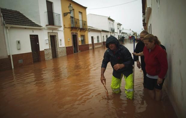 Moradores são retirados de área alagada (Foto: Jon Nazca/Reuters)