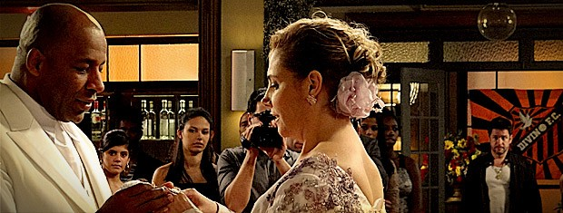 Tufão entra na igreja no meio do casamento (Foto: Avenida Brasil / TV Globo)