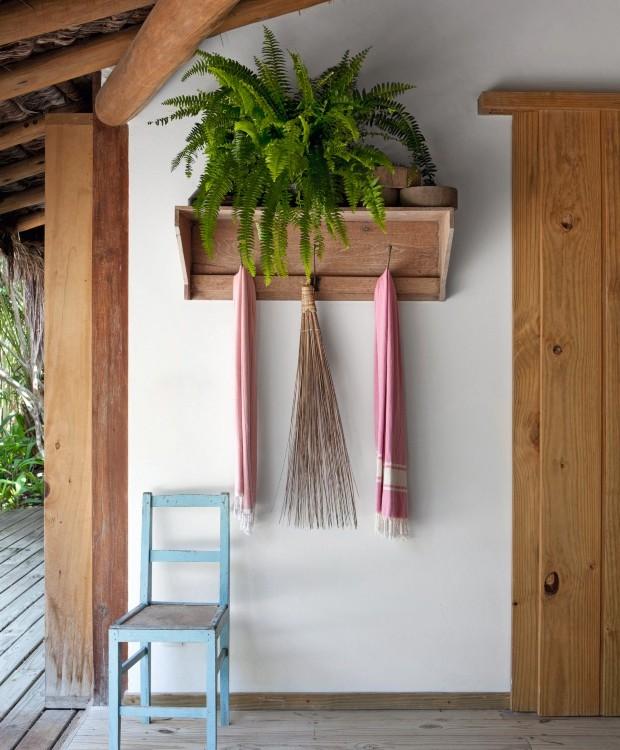 Detalhe Artes indígenas estão espalhadas pela casa, como essa vassoura de palha da Galeria Moitará. A cadeira de madeira pintada de azul foi garimpada no antiquário Candeia, em Tiradentes (Foto: Marco Antonio / Editora Globo)