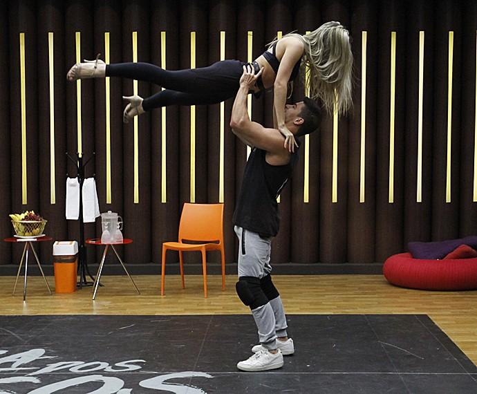 Arthur Aguiar dá show de força ao segurar Mayara Araújo no ensaio (Foto: Fabiano Battaglin/Gshow)