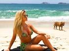 Andressa Suita mostra barriguinha da gravidez em dia de praia