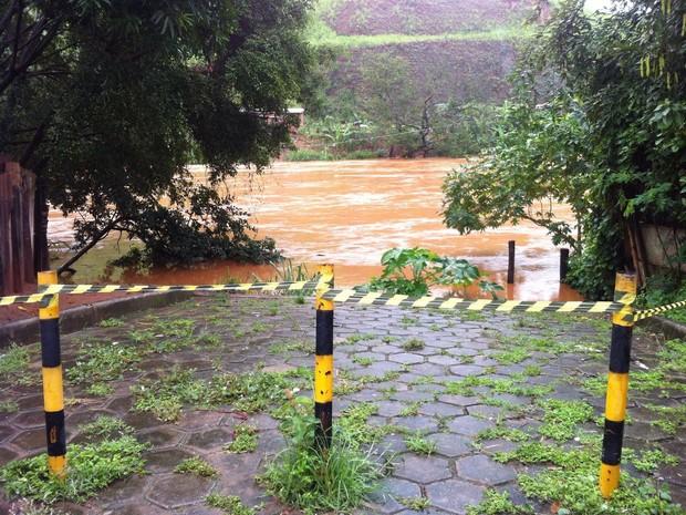 Nível da água está na manhã desta segunda-feira (18) em 490 metros cúbicos (Foto: Patrícia Belo / G1)