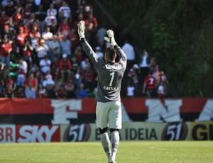 Goleiro Weverton, do Atlético-PR, saúda torcida (Foto: Gustavo Oliveira/Site oficial do Atlético-PR)