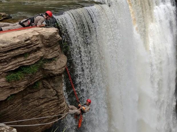 Jovem caiu de uma altura de 15 metros; corpo foi retirado pelo bombeiros. (Foto: Silvio Nego/Rádio Copas Verdes)