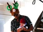 Com o filho no colo, Josh Duhamel usa chapéu divertido em festa de Natal