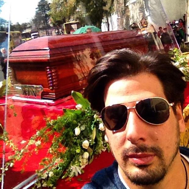 Ator Juan Carlos Liendo faz selfie com caixão de Roberto Bolaños (Foto: Reprodução/Instagram)